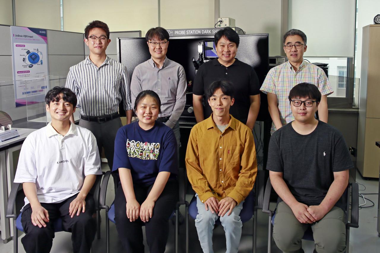 El grupo de investigadores que ha desarrollado el procesador ternario.